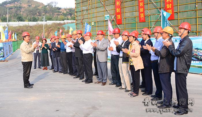 10月12日上午9时,青岛科技大学崂山校区综合教学实验楼工程顺利封顶.
