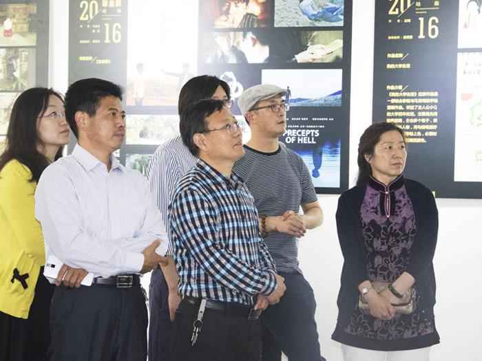 副校长李庆领,崂山区文化局副局长王薇,著名漫画家单伟出席开幕式